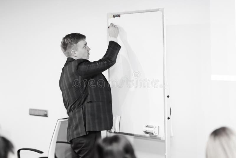 Hombre de negocios joven Giving Speech In la conferencia fotos de archivo libres de regalías