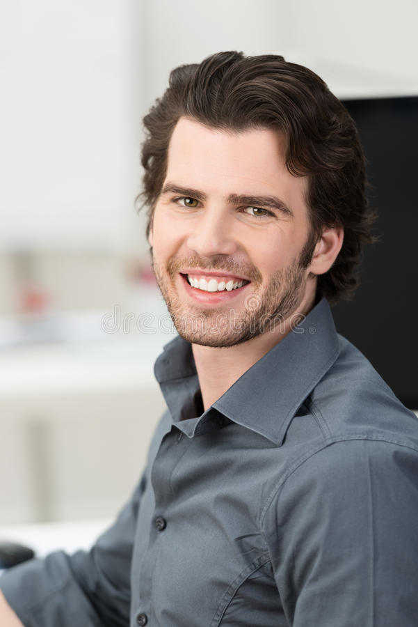 Hombre de negocios joven hermoso confiado fotos de archivo