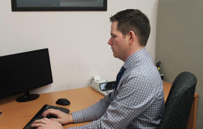Hombre de negocios joven hermoso en el escritorio en oficina de contabilidad imágenes de archivo libres de regalías