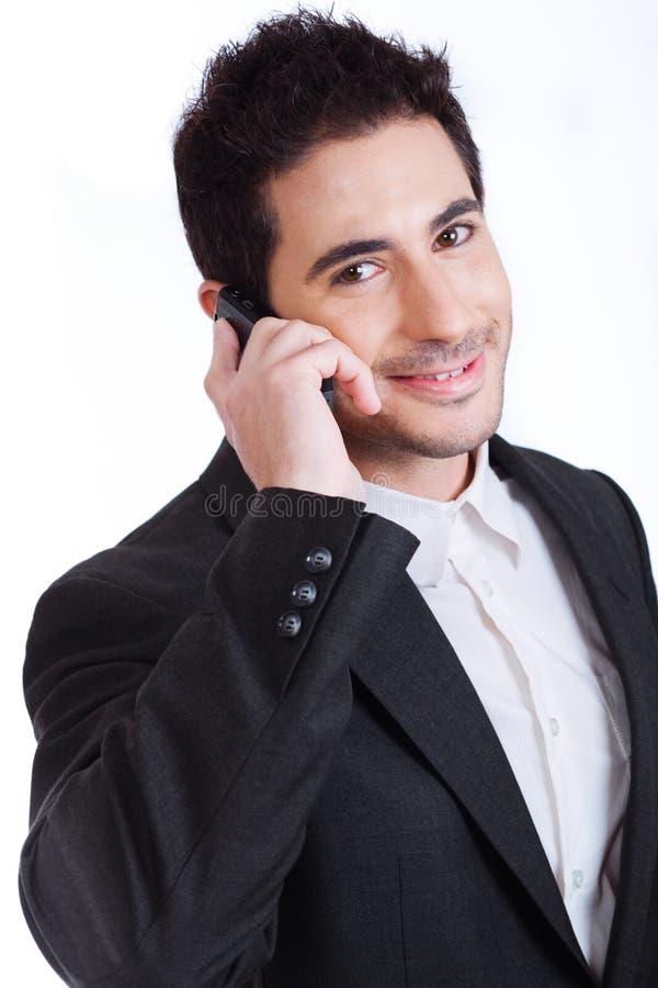 Hombre de negocios joven hermoso en una llamada de teléfono fotografía de archivo