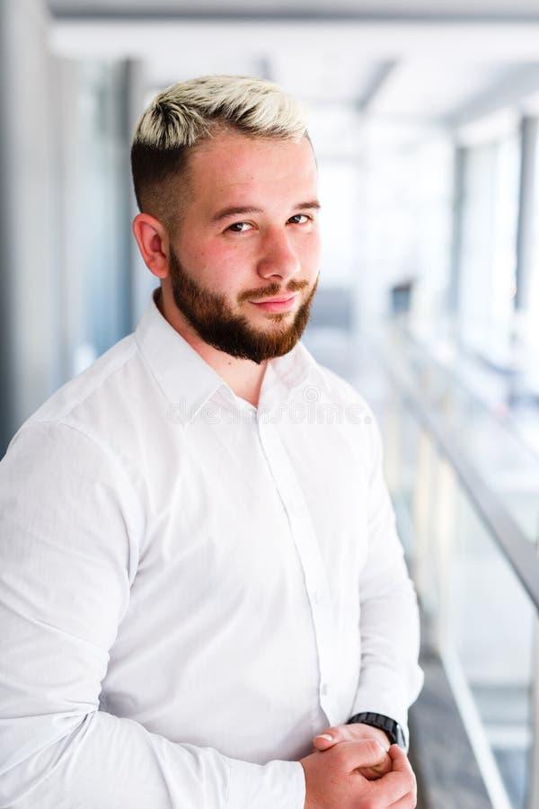 Hombre de negocios joven hermoso Posing At Workplace foto de archivo