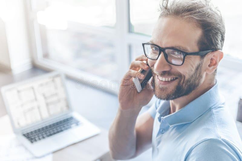 Hombre de negocios joven hermoso que habla en el teléfono móvil imágenes de archivo libres de regalías
