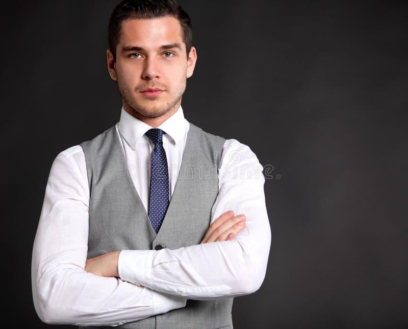 Hombre de negocios joven hermoso que se coloca en negro fotos de archivo