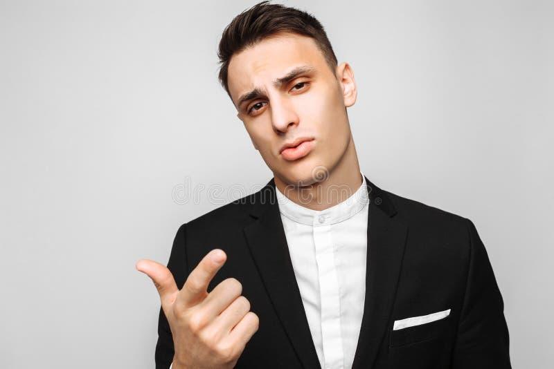 Hombre de negocios joven hermoso, varón, en un traje negro clásico, poin foto de archivo libre de regalías