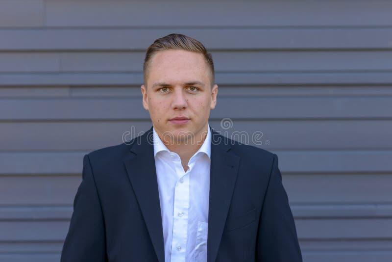 Hombre de negocios joven intenso pensativo fotografía de archivo libre de regalías