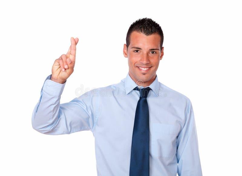 Hombre de negocios joven lindo con gesto de la suerte fotografía de archivo