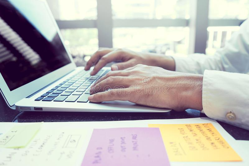 Hombre de negocios joven moderno que trabaja con el ordenador portátil foto de archivo libre de regalías