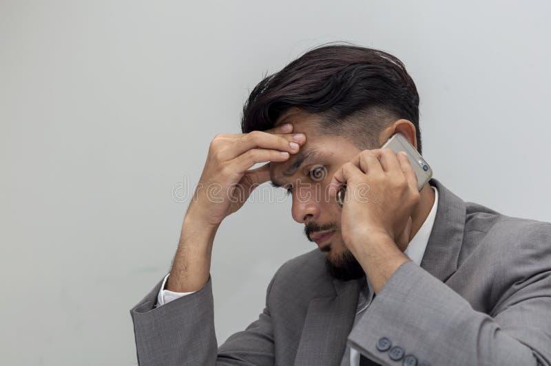 Hombre de negocios joven para trabajar cansancio imagenes de archivo