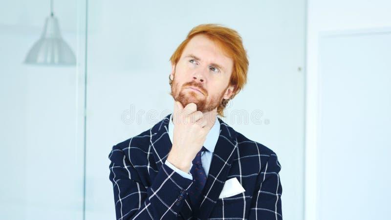 Hombre de negocios joven de pensamiento Brainstorming en oficina imagenes de archivo