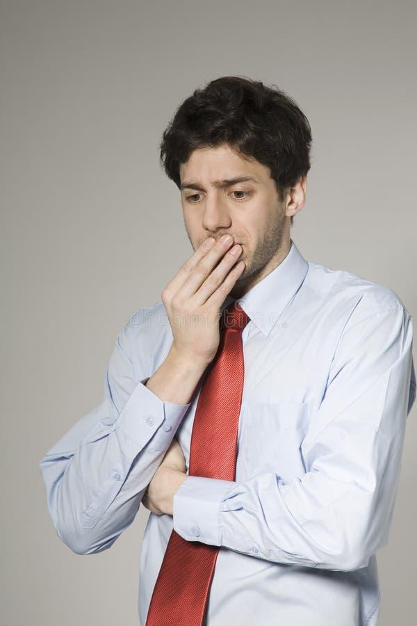 Hombre de negocios joven pensativo imagen de archivo