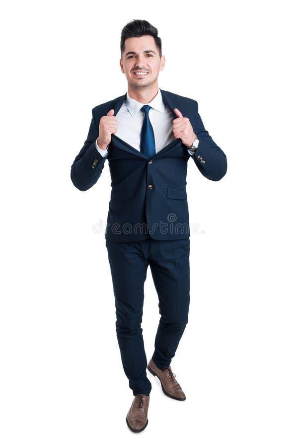 Hombre de negocios joven potente y confiado que abre el suyo chaqueta del traje imagenes de archivo