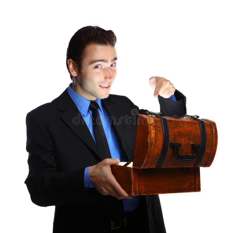 Hombre de negocios joven que abre el rectángulo del tesoro fotos de archivo libres de regalías