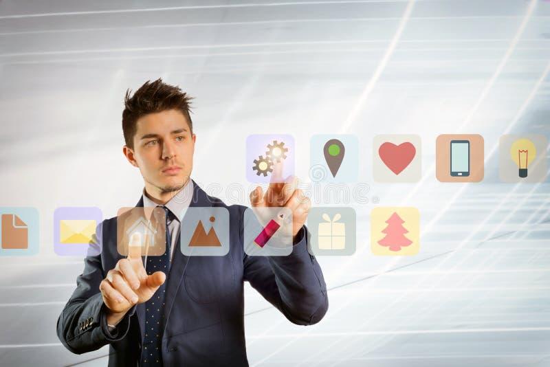 Hombre de negocios joven que empuja los botones virtuales fotografía de archivo libre de regalías