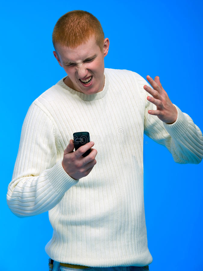 Hombre de negocios joven que habla en el teléfono celular fotografía de archivo