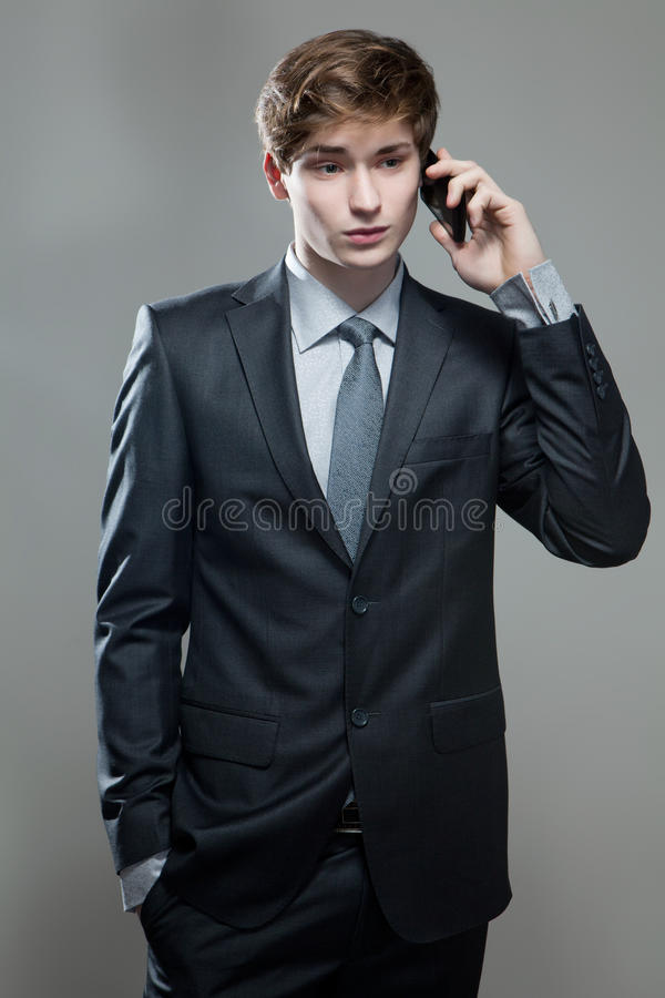 Hombre de negocios joven que habla en el teléfono celular imagen de archivo libre de regalías