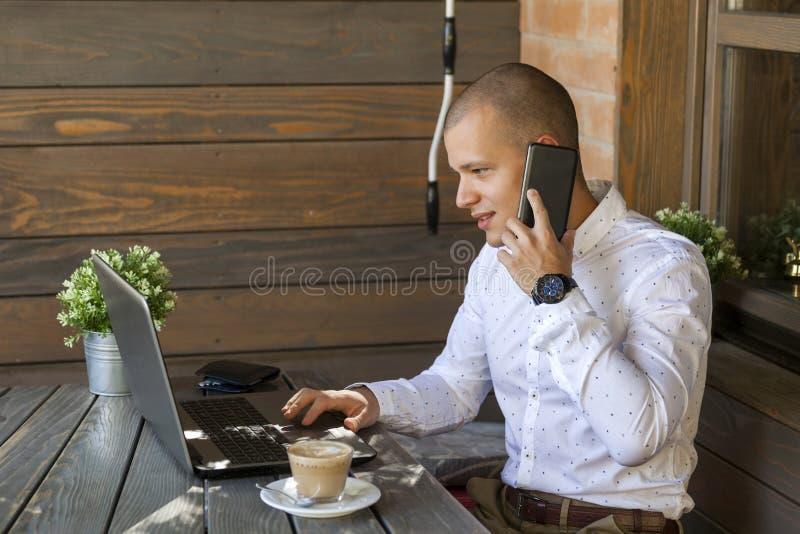 Hombre de negocios joven que habla en el teléfono móvil fotografía de archivo libre de regalías