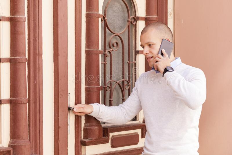 Hombre de negocios joven que habla en el teléfono móvil foto de archivo libre de regalías