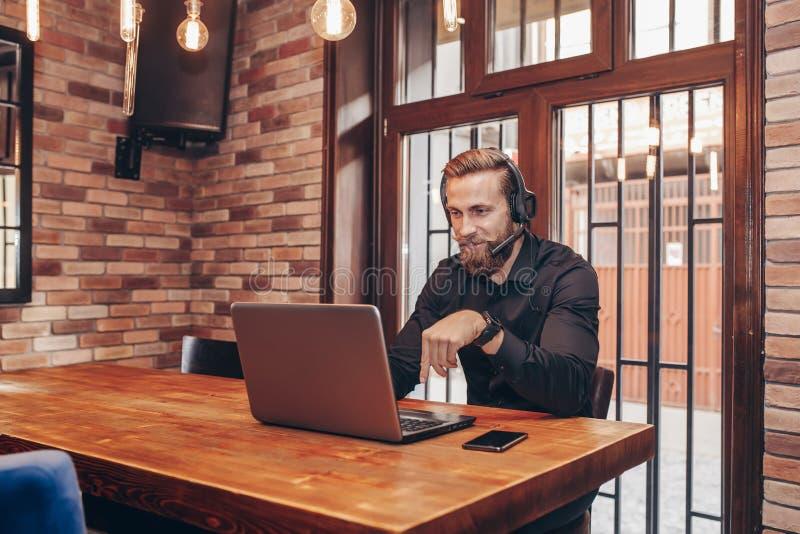 Hombre de negocios joven que hace la llamada video al socio comercial fotografía de archivo libre de regalías