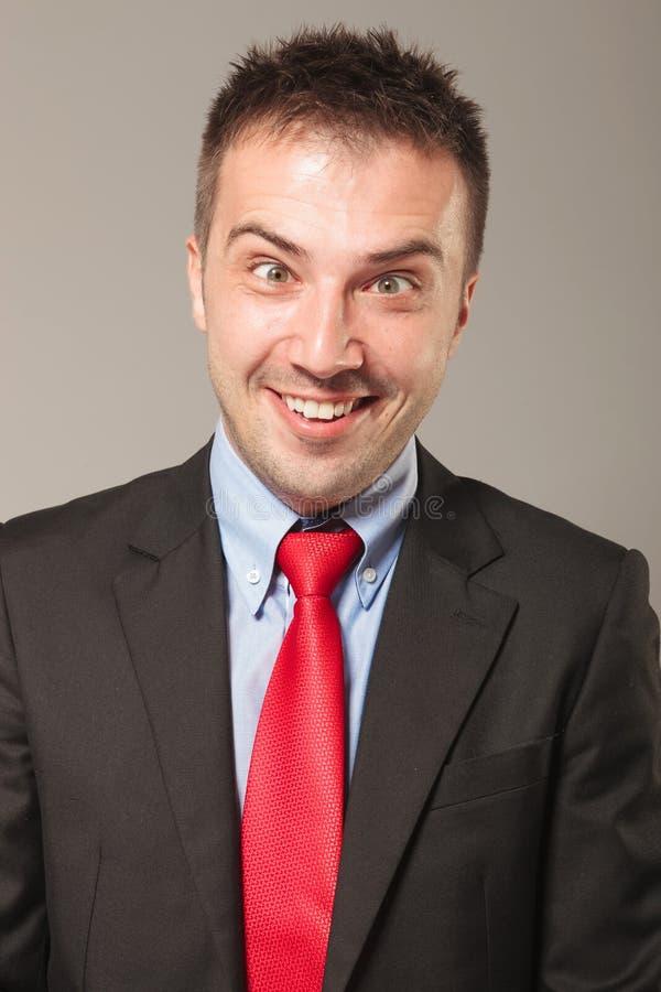 Hombre de negocios joven que hace una cara hilarante imagen de archivo libre de regalías