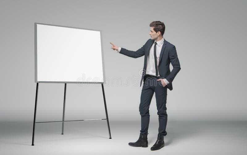 Hombre de negocios joven que hace una conferencia sobre negocio fotos de archivo