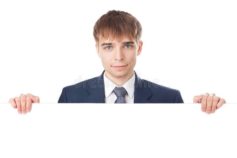 Hombre de negocios joven que lleva a cabo a la tarjeta en blanco blanca imágenes de archivo libres de regalías