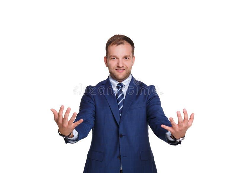 Hombre de negocios joven que lleva a cabo un cierto artículo con el espacio de la copia aislado en el fondo blanco fotos de archivo libres de regalías