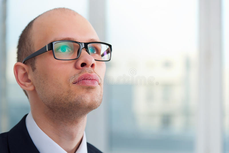 Hombre de negocios joven que mira para arriba imagen de archivo libre de regalías