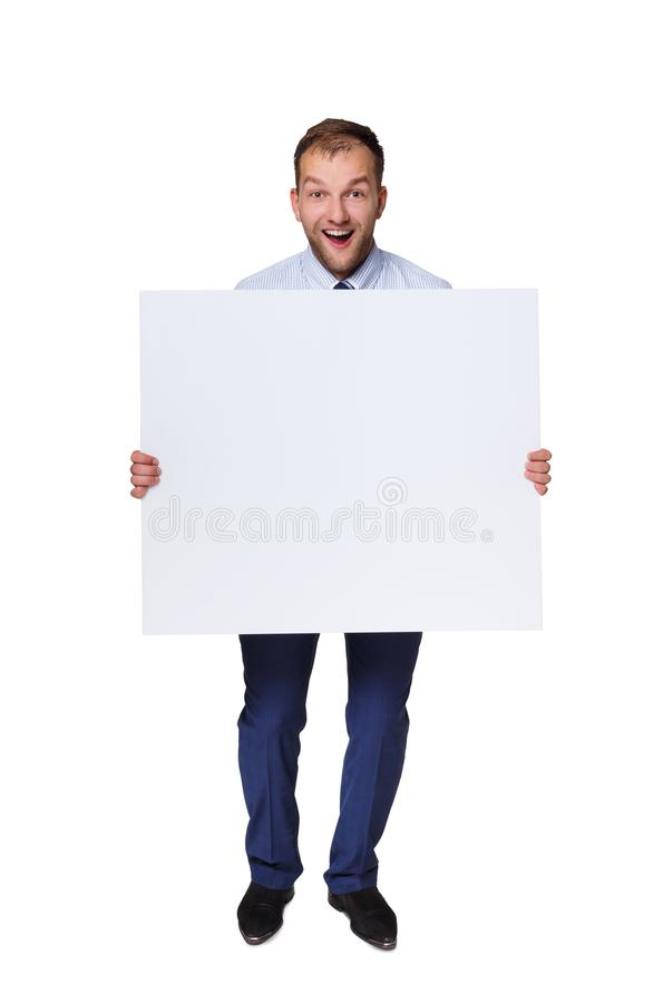 Hombre de negocios joven que muestra el letrero en blanco con el espacio de la copia aislado en el fondo blanco fotos de archivo