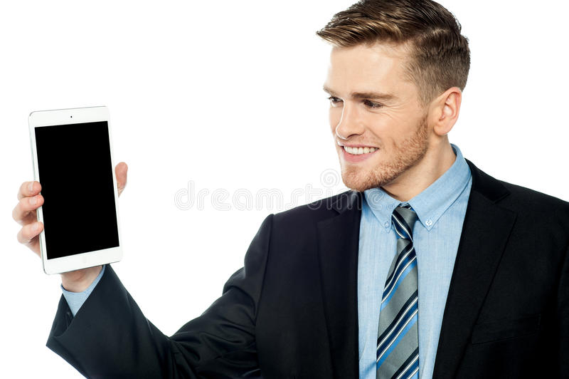 Hombre de negocios joven que presenta la nueva PC de la tableta imagenes de archivo