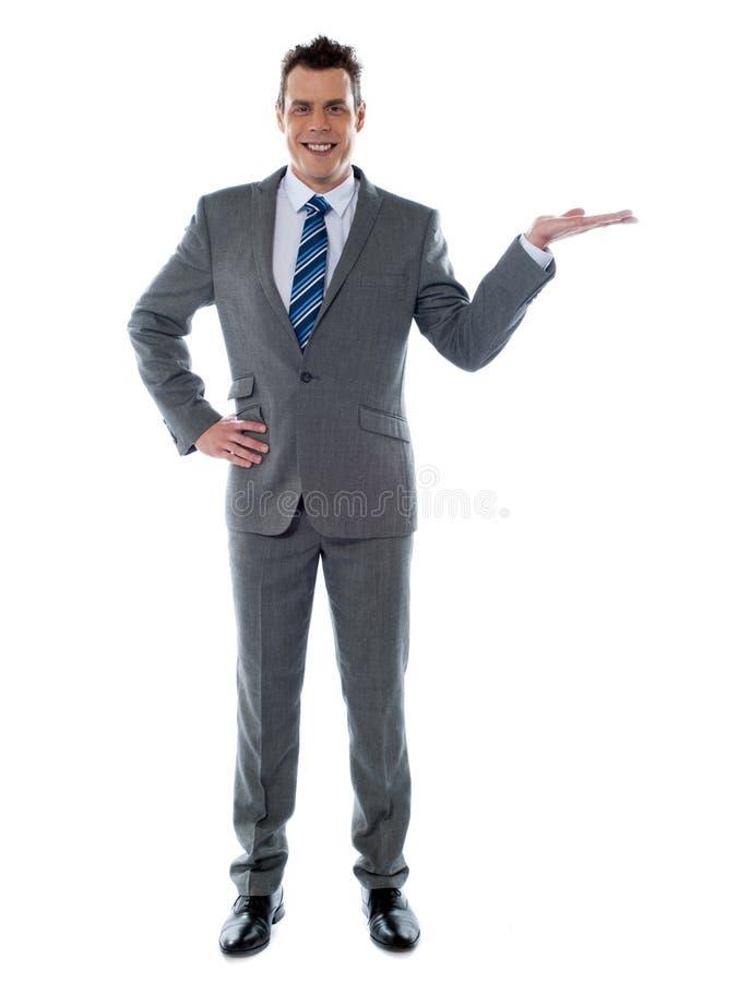 Hombre de negocios joven que presenta un producto imágenes de archivo libres de regalías