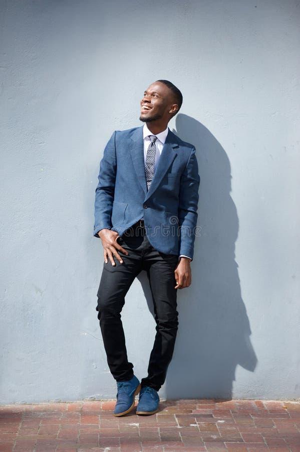 Hombre de negocios joven que ríe al aire libre fotografía de archivo
