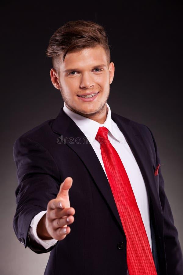 Hombre de negocios joven que sacude la mano fotos de archivo