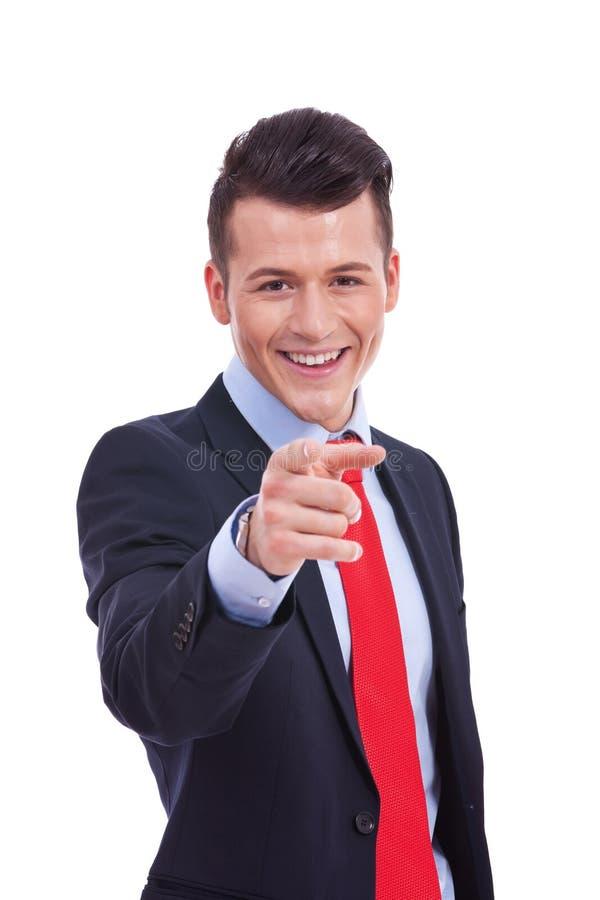 Hombre de negocios joven que señala en usted foto de archivo