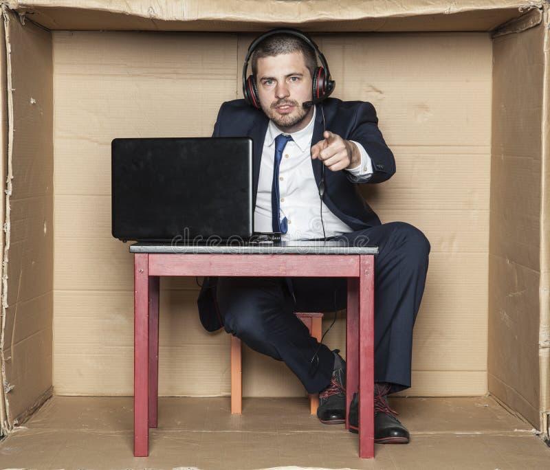 Hombre de negocios joven que señala en usted, situación de la oficina, foto de archivo libre de regalías