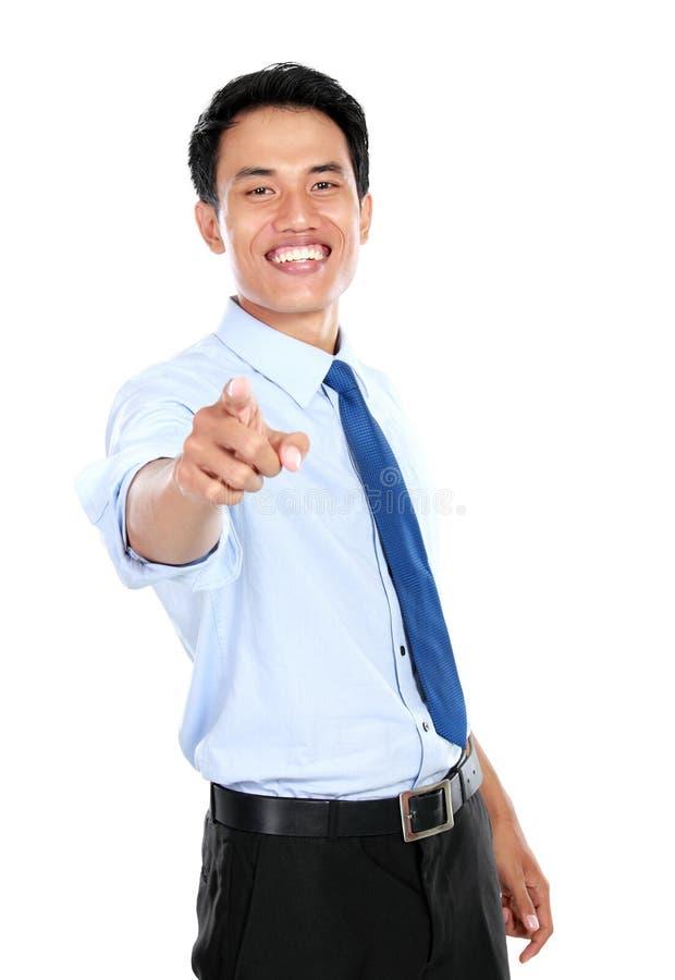 Hombre de negocios joven que señala su finger en usted foto de archivo