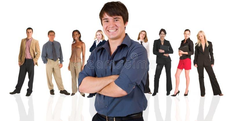 Hombre de negocios joven que se coloca adentro fotografía de archivo libre de regalías