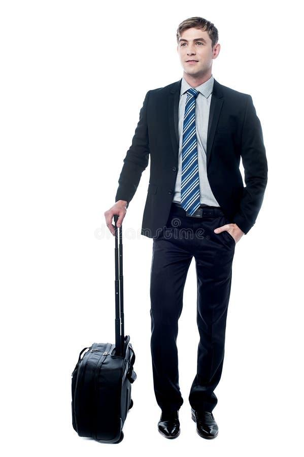 Hombre de negocios joven que sostiene un bolso de la carretilla fotografía de archivo