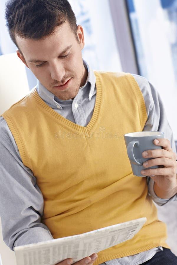 Hombre de negocios joven que tiene café-rotura imagenes de archivo