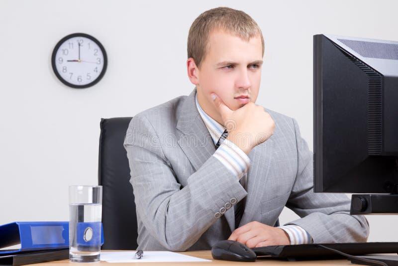 Hombre de negocios joven que tiene un problema imagenes de archivo