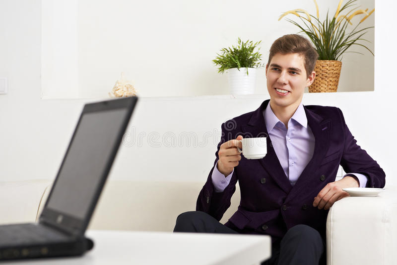 Hombre de negocios joven que tiene una entrevista de trabajo fotografía de archivo libre de regalías