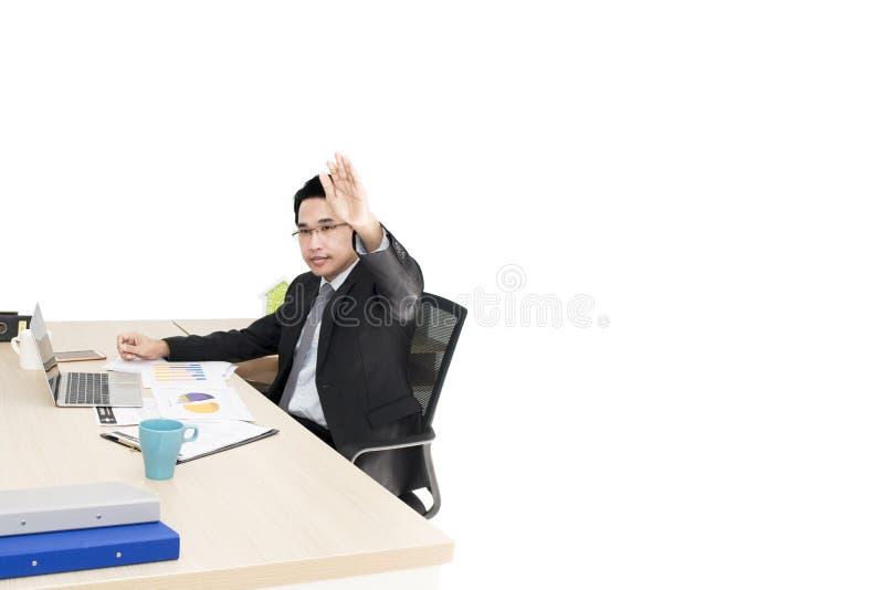 Hombre de negocios joven que trabaja con el ordenador portátil y los materiales de oficina foto de archivo libre de regalías