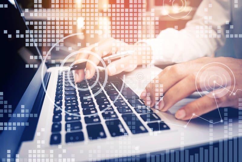 Hombre de negocios joven que trabaja con la pantalla digital en el ordenador portátil imagenes de archivo