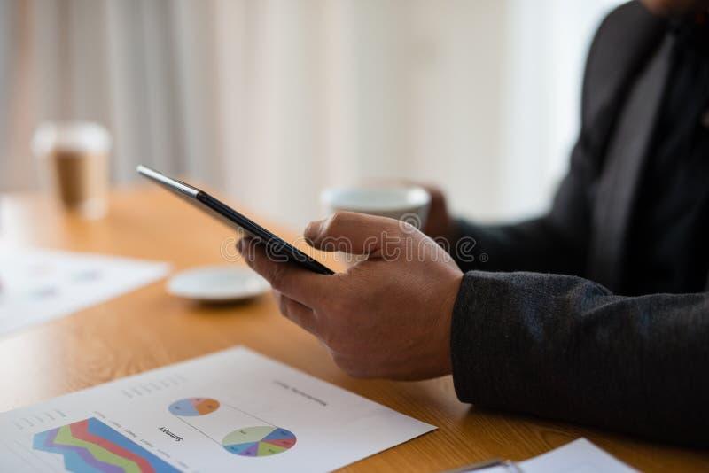 Hombre de negocios joven que trabaja en línea con una tableta digital equipada imágenes de archivo libres de regalías