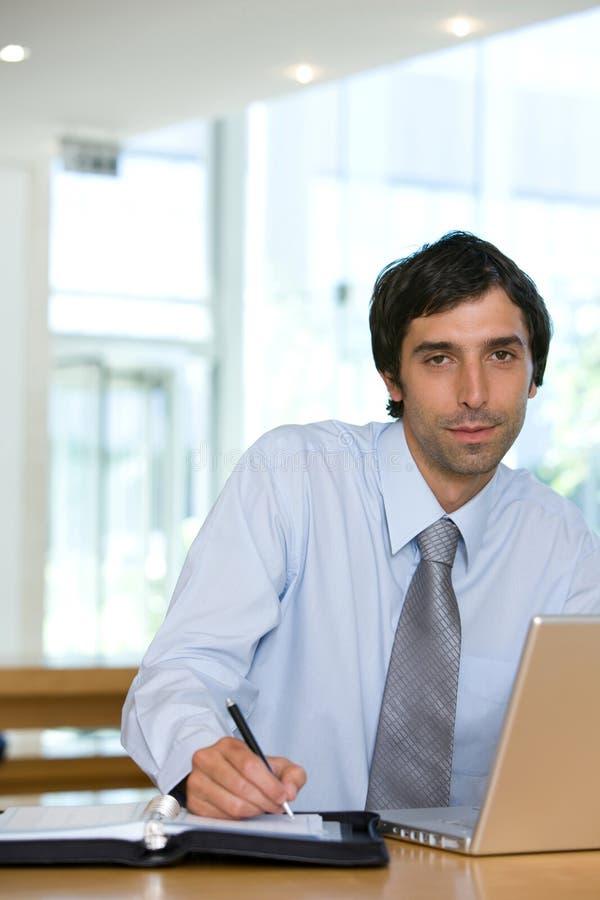 Hombre de negocios joven que trabaja en la computadora portátil en setti urbano fotos de archivo