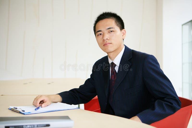 Hombre de negocios joven que trabaja en oficina fotos de archivo