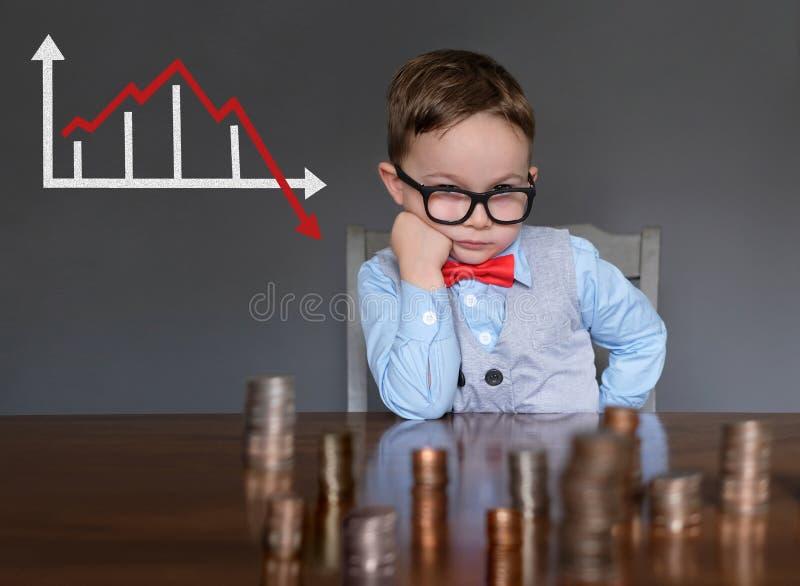 Hombre de negocios joven referido sobre el mercado de acción fotografía de archivo libre de regalías
