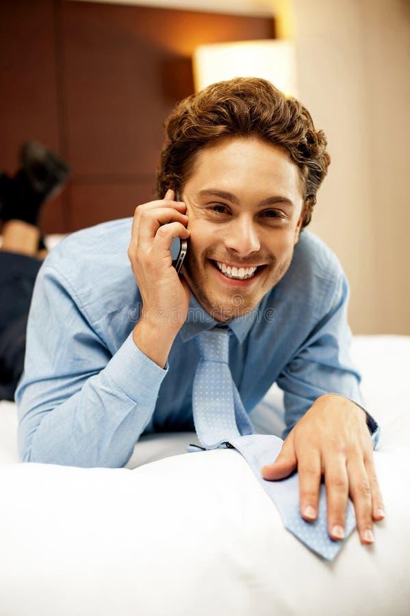 Hombre de negocios joven Relaxed que comunica foto de archivo
