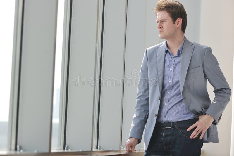 Hombre de negocios joven solamente en la sala de conferencias imagen de archivo libre de regalías