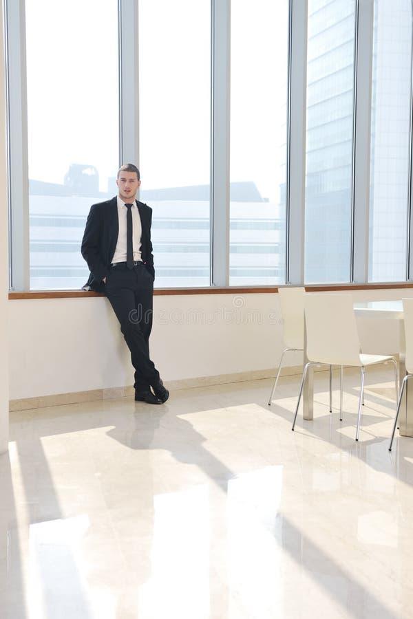 Hombre de negocios joven solamente en la sala de conferencias imagenes de archivo