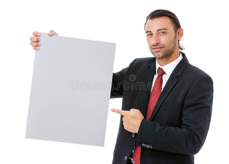 Hombre de negocios joven sonriente que lleva a cabo un cartel imagenes de archivo